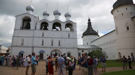 ROSTOV, RUSSIA - CIRCA JUNE, 2016: Tourists at the famous Cathedral of the Assumption in the territory of the Rostov Kremlin in Rostov the Great, Russia. It was built in 1508-1512 years Vídeos