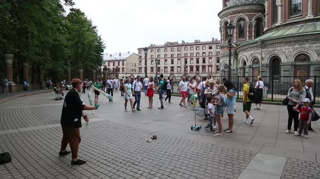 ST. PETERBURG, RUSSIA - CIRCA JUNE, 2016: Street artist perform in front of people strolling in the Cathedral of Resurrection on the Blood, and Church of the Savior on the Spilled Blood. Vídeos