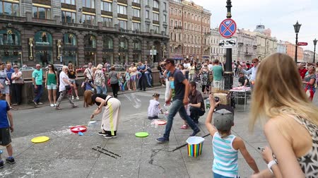 ST. PETERBURG, RUSSIA - CIRCA JUNE, 2016: Street artists organize an attraction with soap bubbles on the embankment of Griboyedov Canal. Griboyedov Canal popular place among tourists and residents. Vídeos
