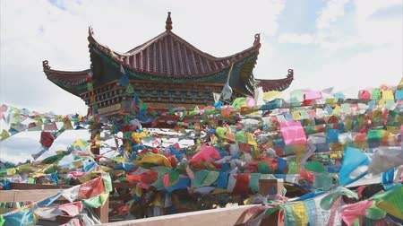 tybet : Buddhist tibetan prayer flags flying with blue sky Wideo