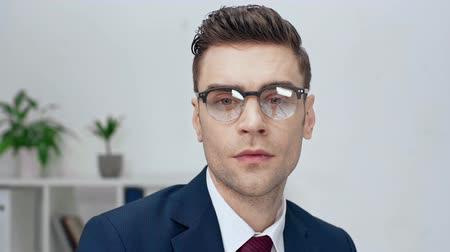 oblek : handsome confident businessman in eyeglasses