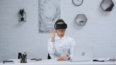área de trabalho : handsome businessman in virtual reality headset working in office