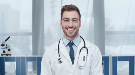 clínico : handsome male doctor in white coat