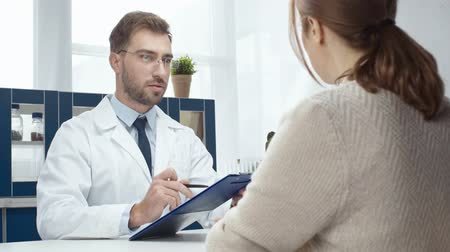clínico : handsome male doctor consult female patient Stock Footage