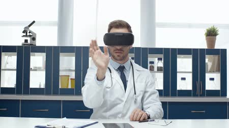 vágólapra : headset and experiencing virtual reality in clinic Stock mozgókép