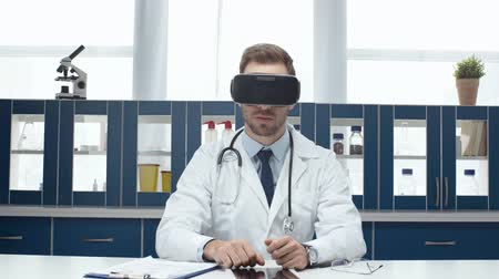 általános : headset and experiencing virtual reality in clinic Stock mozgókép