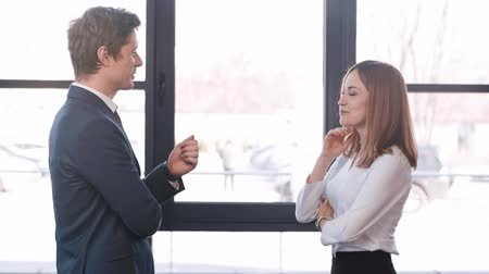 desgaste formal : attractive and cheerful coworker while gesturing in office