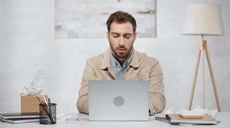 dokular : handsome bearded man typing on laptop Stok Video