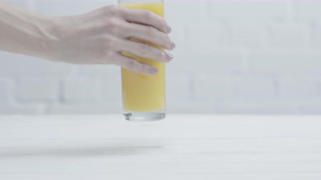 ostříhané : cropped orange juice on table