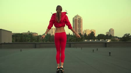 çatılar : woman in sportswear standing, standing on rooftop Stok Video