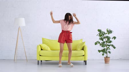 taniec : happy young woman dancing in spacious living room Wideo