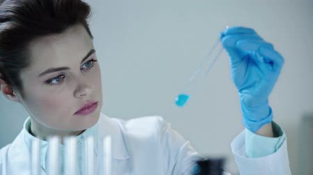 clínico : Beautiful scientist Stock Footage