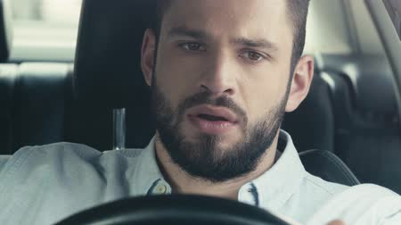 selektif : selective focus of man driving a car Stok Video