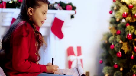 escrever : cute kid writing letter to santa