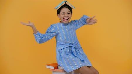 atirar : emotional schoolgirl in blue dress reading book