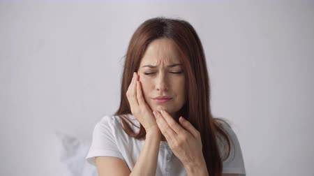 fájdalmas : beautiful woman suffering from toothache