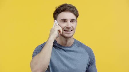 lő : cheerful man talking on smartphone isolated on yellow