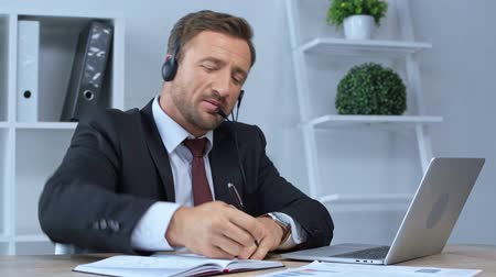 телемаркетинг : call center operator in headset working in office