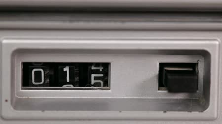 устаревший : Retro mechanical counter with reset button counting down to zero, static camera, closeup