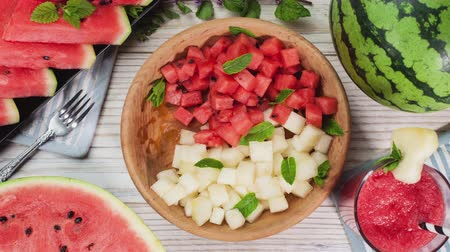 melão : Watermelon bites on a plate rotating and disappearing. Healthy summer snack. Top view, stop motion animation.