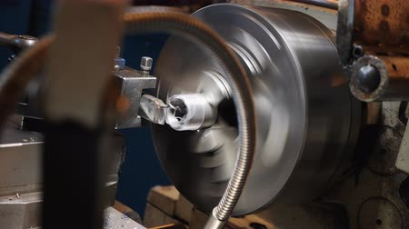 Turning bench lathe machine making a screw thread on a metallic pipe piece - producing spiral metallic shavings Stok Video