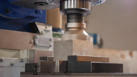 cortador : Industrial milling machine work on aluminium cube workpiece - low angle view, workbench moving Vídeos