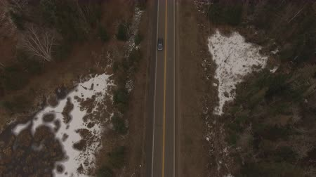 harikalar diyarı : Aerial establishing shot of a rural road in North America during the winter. Stok Video
