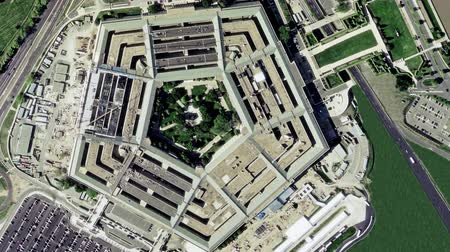 Виргиния : Aerial establishing shot of the Pentagon building with a small amount of traffic in front. 4K UHD.