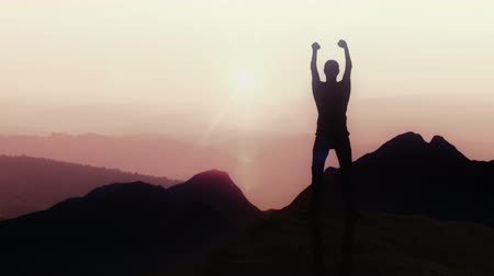 wspinaczka górska : Animation depicting the concept of achieving goals with accompanying feeling of victory and accomplishment. 4K silhouette animation.