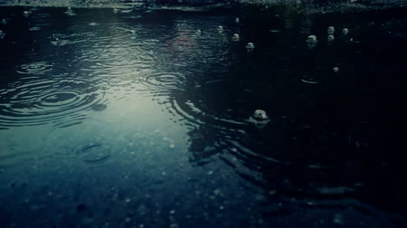 parke taşı : Rain falling on pavement in slow motion