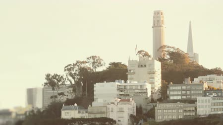 Észak amerika : Establishing shot of Telegraph Hill in San Francisco. Cinematic shot.