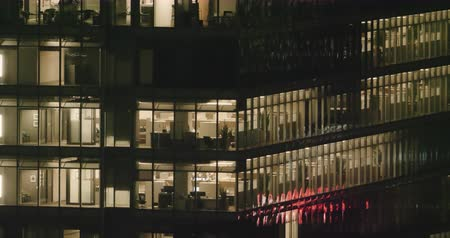 штаб квартира : 4K Exterior establishing shot of a modern office building in the financial district at night.