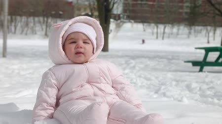 hónapokban : 4K Baby girl experiencing snow for the first time. Shot with cinema lenses.