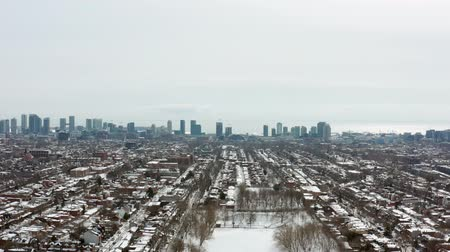 bairro : 4K Aerial Establishing shot of a Toronto neighborhood during the winter. Cinematic shot.