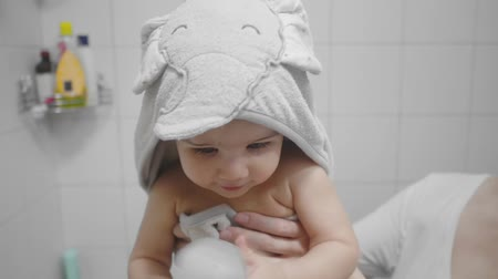 toalha : Beautiful Baby Girl After a Bath. Candid, real life footage.