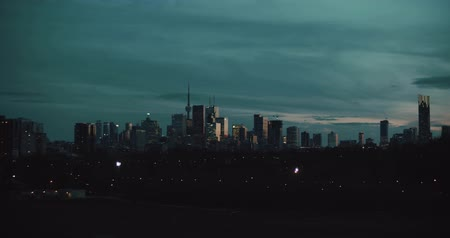 canadense : Establishing shot of the Toronto skyline at night. 4K