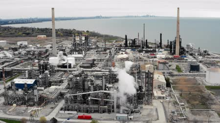 rurociąg : Establishing shot of an oil, petroleum, gas refinery. Cinematic 4K footage.