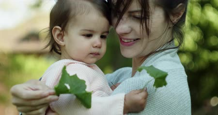 níveis : Beautiful Mother and her baby daughter exploring the outdoors. 4K real life, candid footage. Stock Footage