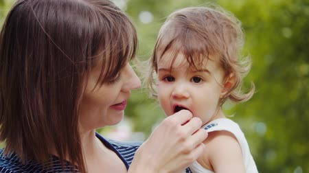 níveis : Mother and her baby daughter exploring the outdoors. 4K real life, candid footage.
