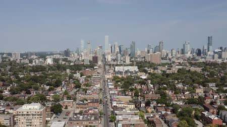 alanlar : Aerial Establishing shot of a Toronto neighborhood during the summer. Cinematic 4K footage. Stok Video