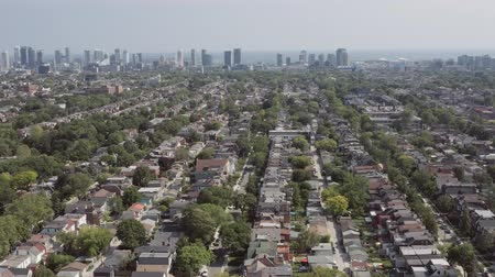 canadense : Aerial Establishing shot of a Toronto neighborhood during the summer. Cinematic 4K footage. Stock Footage