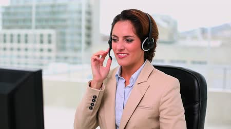amarrado : Dynamic attractive operator making a phone call at office