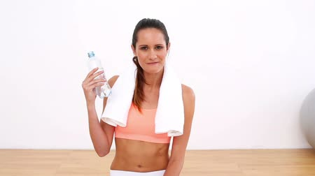 toalhas : Fit model drinking bottle of water in a bright room