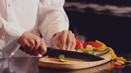 kesme tahtası : Chef chopping vegetables on wooden board in slow motion