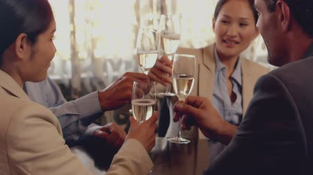 šampaňské : Business people toasting with champagne in slow motion