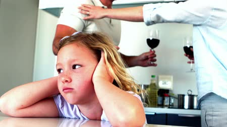 gritante : Little girl blocking out noise from parents fighting in slow motion