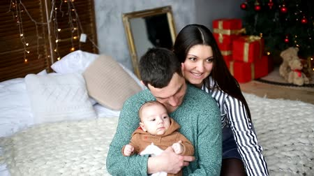 young family with a young child sitting on the bed Dostupné videozáznamy