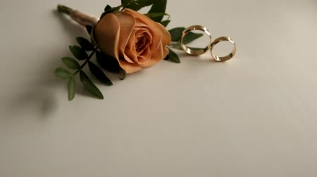 mentiras : two wedding rings and a boutonniere, a moving camera