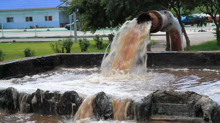 atık : Dirty water flows from a pipe. Toxic production wastes