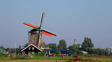 голландский : Classic Dutch windmill at Zaanse Schans